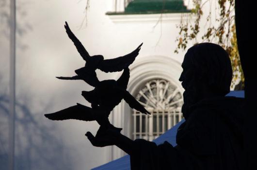 30 октября. Памятник преподобному Сергию Радонежскому у нижегородского Вознесенского храма (фото Алексея Козориза)