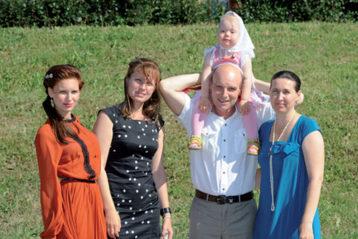 Кристина (вторая слева) с родителями и сестрами