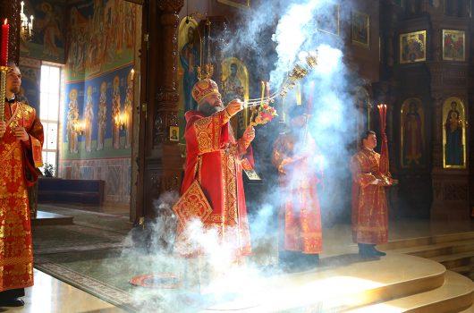 29 апреля. Во время Божественной литургии в Никольском соборе Автозаводского района (фото Сергея Лотырева)