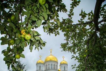 1 августа. Патриаршая Божественная литургия на Соборной площади в Дивеевском монастыре (фото Александр Чурбанова)
