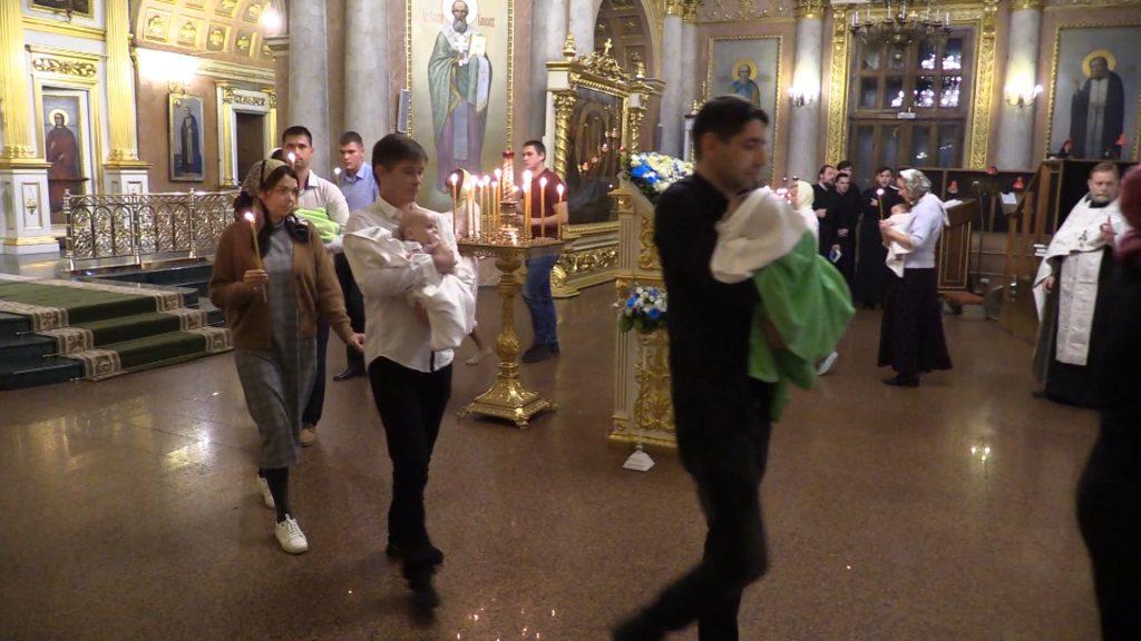Летопись митрополии. Крещение митрополитом Георгием младенцев из многодетных семей.