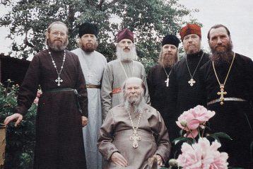 Священник Николай Юшков в окружении близких