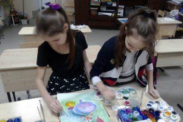 Анна и Марина Старостины за работой