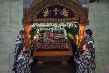 17 апреля. Чин погребения Плащаницы в Александро-Невском кафедральном соборе (фото Александра Чурбанова)