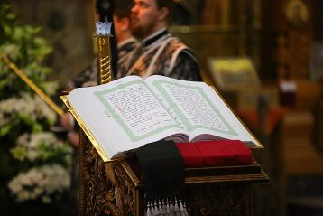 17 апреля. В Александро-Невском кафедральном соборе (фото Сергея Лотырева)