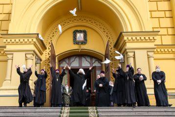 7 апреля. После Божественной литургии в Александро-Невском кафедральном соборе (фото Александра Чурбанова)