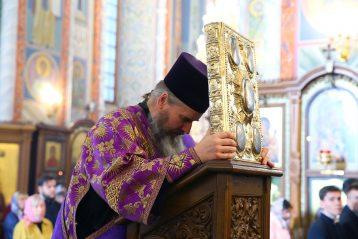 4 октября. Божественная литургия в Александро-Невском кафедральном соборе (фото Сергея Лотырева)