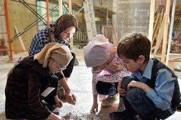 25 марта. Дети помогают в восстановлении мозаичного пола нижегородского Вознесенского храма (фото Нижегородского благочиния)
