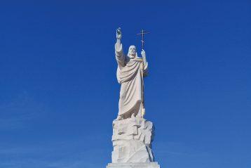 Скульптурный образ Христа Воскресшего, венчающий часовню Воскресения
