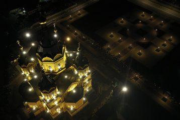 2 мая. Крестный ход вокруг Александро-Невского кафедрального собора в Пасхальную ночь (фото Александра Фролова)