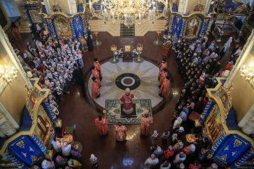 4 мая. Пасхальная вечерня в Успенском соборе Саровской пустныни (фото Александра Чурбанова)