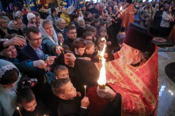 4 мая. Раздача свечей, зажженных от Благодатного огня, в Успенском соборе Саровской пустыни (фото Александра Чурбанова)
