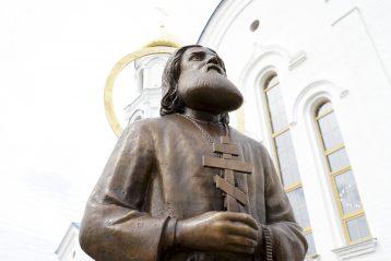 8 мая. Памятник преподобному Серафиму Саровскому у одноименного храма Воскресенского благочиния (фото Виолетты Калашниковой)