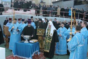 Патриарх Алексий II cовершает молебен