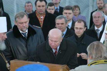 Губернатор Нижегородской области Валерий Шанцев подписывает закладную грамоту