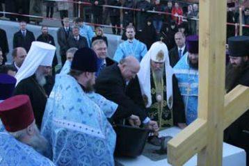 Валерий Шанцев принял из рук Святейшего Патриарха мастерок и укрепил цементом памятную плиту
