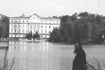 Владыка на фоне немецкого дворца во Франкфурте