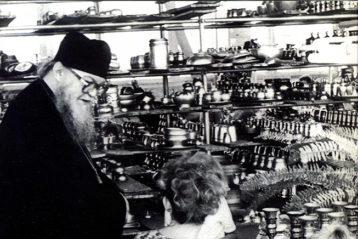 В 1990 году владыка впервые побывал на фабрике «Хохломская роспись». Народный промысел «лег на душу», полюбился ему так, что уже во время визита он договорил- ся об открытии иконописной мастерской на базе фабричной творческой лаборато- рии. Хохломские мастера в дальнейшем создавали уникальную по красоте богослу- жебную утварь: чаши и дискосы, а также домашнюю мебель для архипастыря.