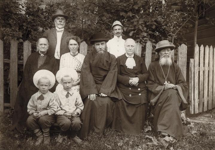Архимандрит Лаврентий (Князев) с матерью и родственниками в городе Кашире