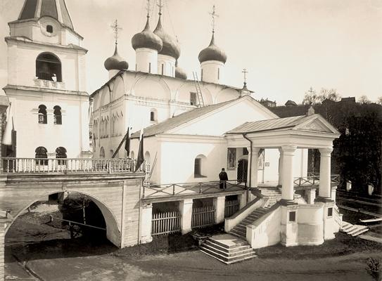 Настоятель Печерского монастыря епископ Макарий на паперти Вознесенского собора