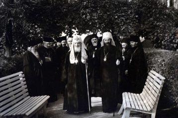 Cвятейшие Патриархи Алексий и Герман в монастырском винограднике