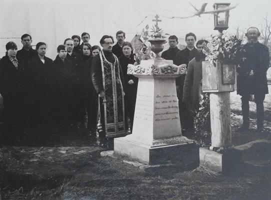 Панихида на могиле иерея Алексия в с. Бортсурманы. Фото нач. 1920-х гг.