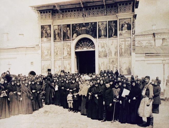 Приезд иеромонаха Варнавы в Выксунский Иверский женский монастырь. Фото нач. XX в.
