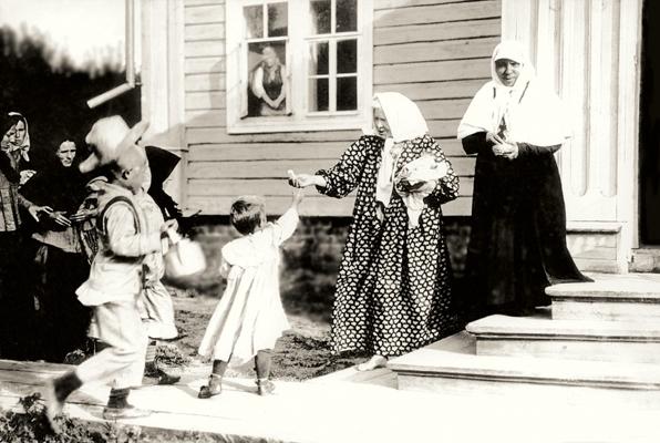 Блаженная Параскева у крыльца своей келии. Фото нач. XX в.