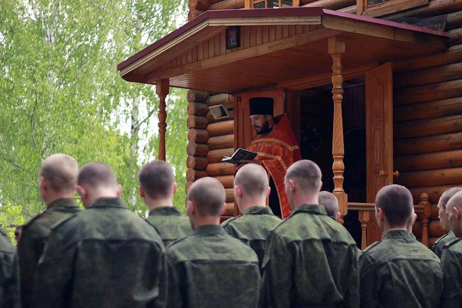 8 мая в г. Дзержинске перед часовней в честь святого  великомученика Георгия Победоносца состоялся молебен для новобранцев, который совершил помощник благочинного  по взаимодействию с Вооруженными силами и  правоохранительными органами иерей Андрей Маношкин