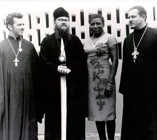 На фото — протоиерей Павел Соколовский (справа) и священник Борис Удовенко (слева). Фото из собрания Ольги Буковой. Публикуется впервые.