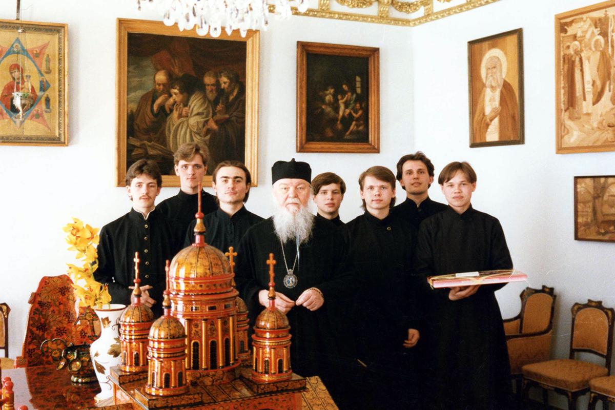 Студенты семинарии на Пасху у владыки Николая. 1995 год