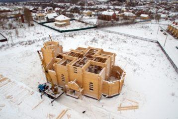 25 декабря. Строящийся храм в честь святителя Спиридона Тримифунтского поселка Новинки (фото Александра Фролова)