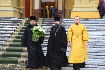 6 декабря. Перед Божественной литургией в Александро-Невском кафедральном соборе (фото Сергея Лотырева)