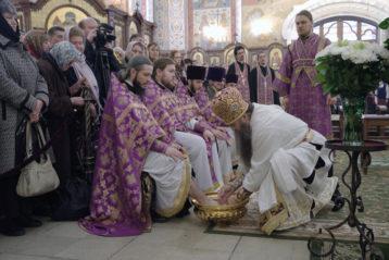 13 апреля. Митрополит Георгий совершает чин умовения ног в Александро-Невском кафедральном соборе (фото Алексея Козориза)