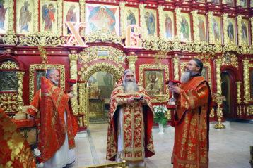 18 апреля. Божественная литургия в Вознесенском Печерском монастыре (фото Сергея Лотырева)