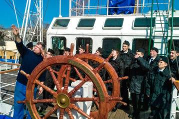 28 марта. Нижегородская ушаковская дружина на борту трехмачтового парусного фрегата «Херсонес» (фото Канавинского благочиния)