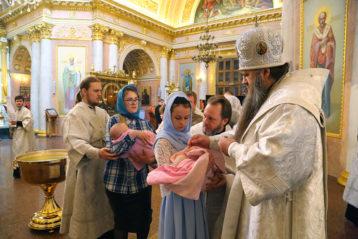13 мая. Крещение младенцев в Спасском Староярмарочном соборе Нижнего Новгорода (фото Сергея Лотырева)