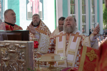 22 мая. Божественная литургия на площади перед Никольским собором Алма-Аты (фото Алексея Козориза)