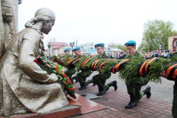 9 мая. Возложение цветов к мемориальному комплексу «Братская могила» г. Балахны (фото Светланы Астаховой)