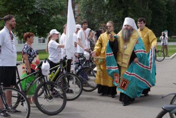 20 июля. Молебен перед стартом VIII межъепархиального велопробега православной молодежи «Дорога к храму» (фото Алексея Козориза)