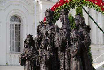 31 июля. Памятник семье императора Николая II в Свято-Троицком Серафимо-Дивеевском монастыре (фото Алексея Козориза)
