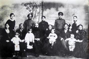 Чета Сергеевых в кругу родственников