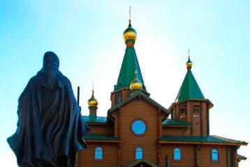 8 октября. Памятник преподобному Сергию Радонежскому у храма в его честь. г. Дзержинск (фото Натальи Уваровой)