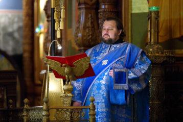 3 ноября. Протодиакон Антоний Молев во время всенощного бдения в Александро-Невском кафедральном соборе (фото Алексея Козориза)
