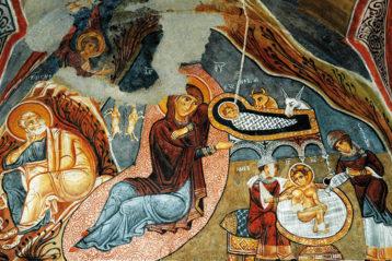 Рождество Христово. Фреска (Каппадокия). Пелены Младенца Христа напоминают погребальное облачение взнак того, что Ему суждено воскреснуть, «смертию смерть поправ».