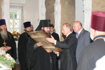 Июль 2008 года. Председатель правительства РФВладимир Путин возвращает в храм в честь Собора Пресвятой Богородицы (Строгановский) икону «Воскресение Христово»