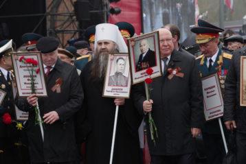 С портретом отца среди участников акции  «Бессмертный полк»