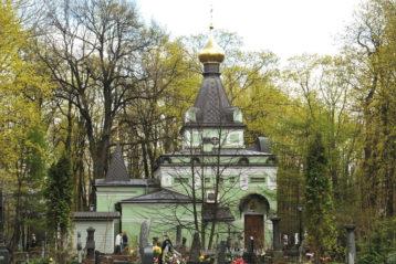 Часовня Святой Блаженной Ксении Петербургской затерялась среди деревьев кладбища