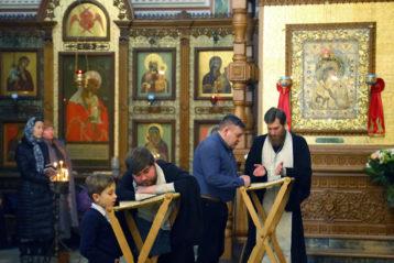 11 февряля. Во время Божественой литургии в Александро-Невском кафедральном соборе (фото Сергея Лотырева)