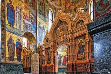 Интерьер храма. На стенах и в иконостасе— мозаичные изображения
